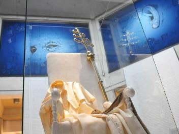 Nie trzeba przymykać oczu, by zobaczyć postać siedzącego papieża