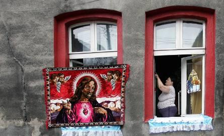 Boże Ciało: Dekorowanie okien