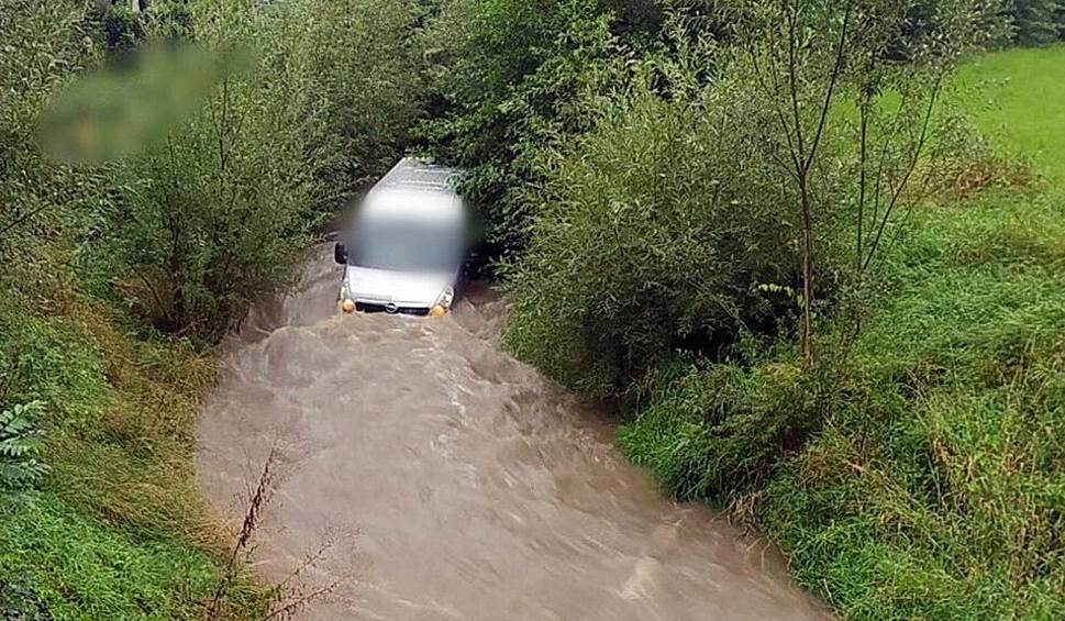 Film do artykułu: Tragedia w Godziszowie na Śląsku Cieszyńskim. Nurt potoku porwał samochód. Utonął 60-letni mężczyzna