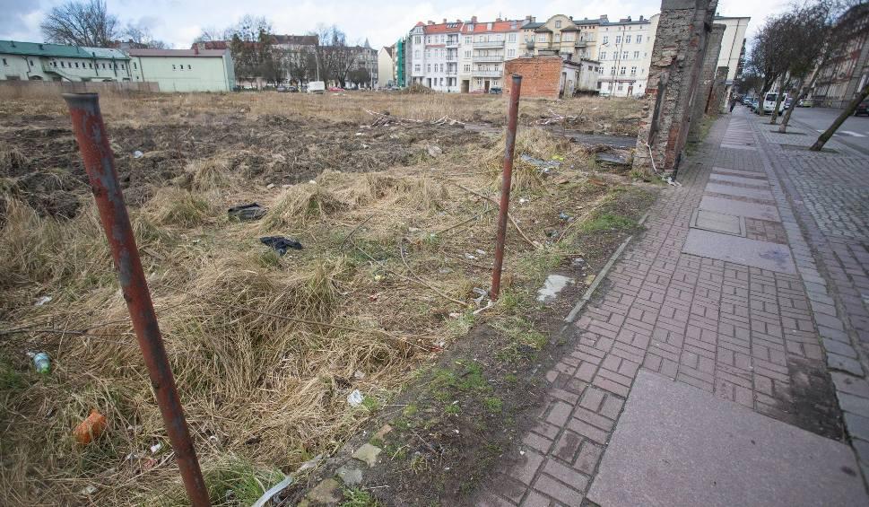 Film do artykułu: Teren pod kamienice w centrum Słupska posprzątany. Budowa to przyszłość