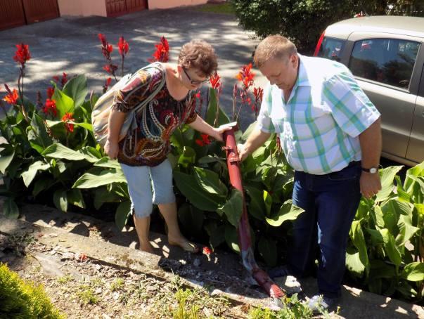 Irena Smolińska i Ryszard Żurawski przy zniszczonym ogrodzeniu. Pan Ryszard naparwiał je już 5 razy!