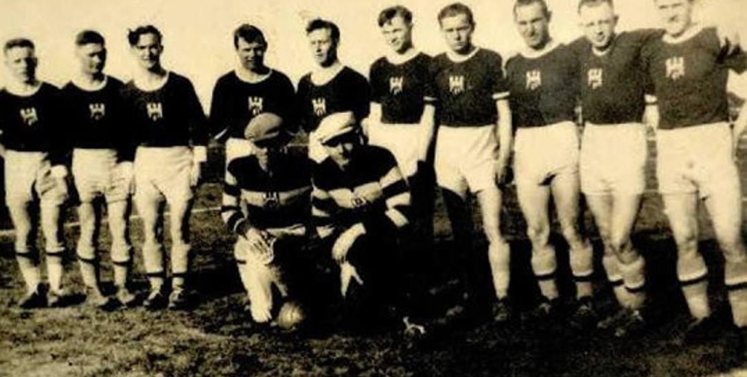 Piłkarska reprezentacja Torunia. Franciszek Wiciński klęczy pierwszy z lewej. Rok 1937