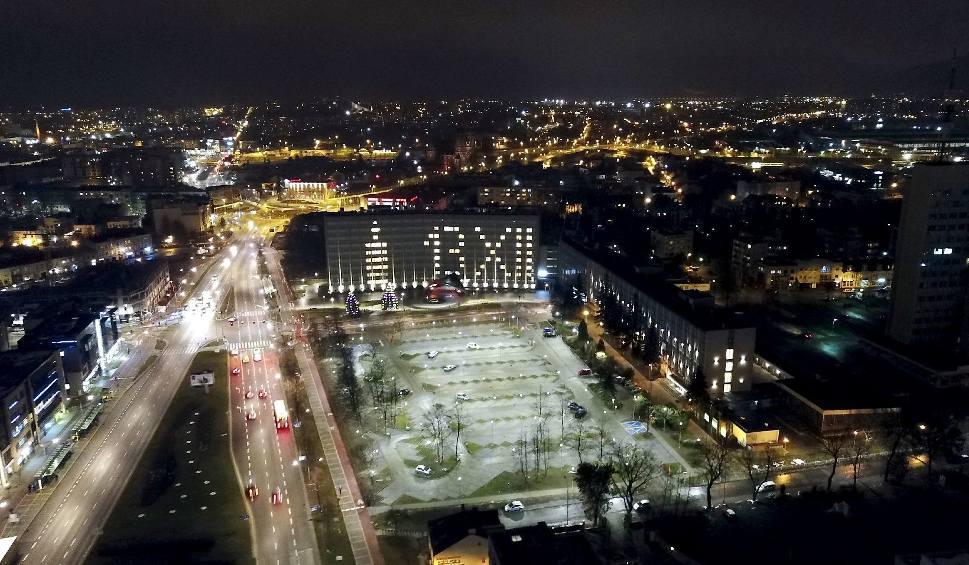 Film do artykułu: Na gmachu Urzędu Wojewódzkiego w Kielcach świeci się data 13 XII
