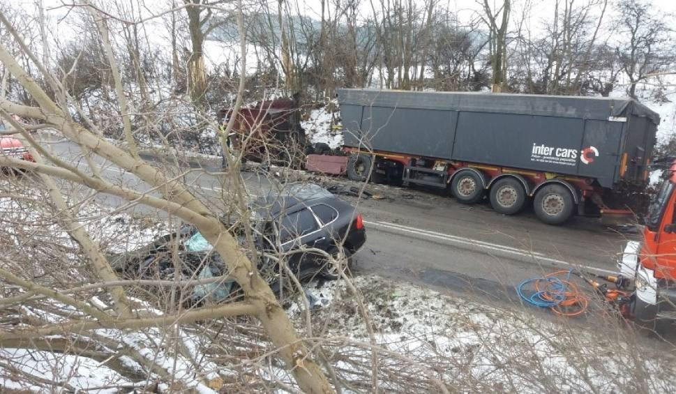 Film do artykułu: Wypadek w Arciszewie 12.02.2018. Jedna osoba zginęła w wyniku zderzenia ciężarówki i auta osobowego na DW 222