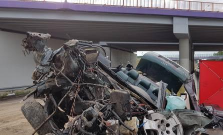 Śmiertelny wypadek na A1 koło Głuchowa. Samochód spadł z wiaduktu [ZDJĘCIA, FILM]