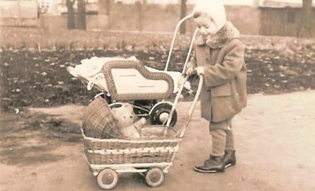 Na spacery często chodziło się do parku Róż. Mała Beatka zabierała ze sobą wózek, w którym woziła lalki lub misie.