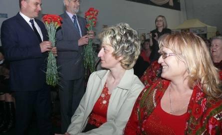 Jak za czasów PRL przystało, z okazji Dnia Kobiet panie otrzymały od władz czerwone goździki.
