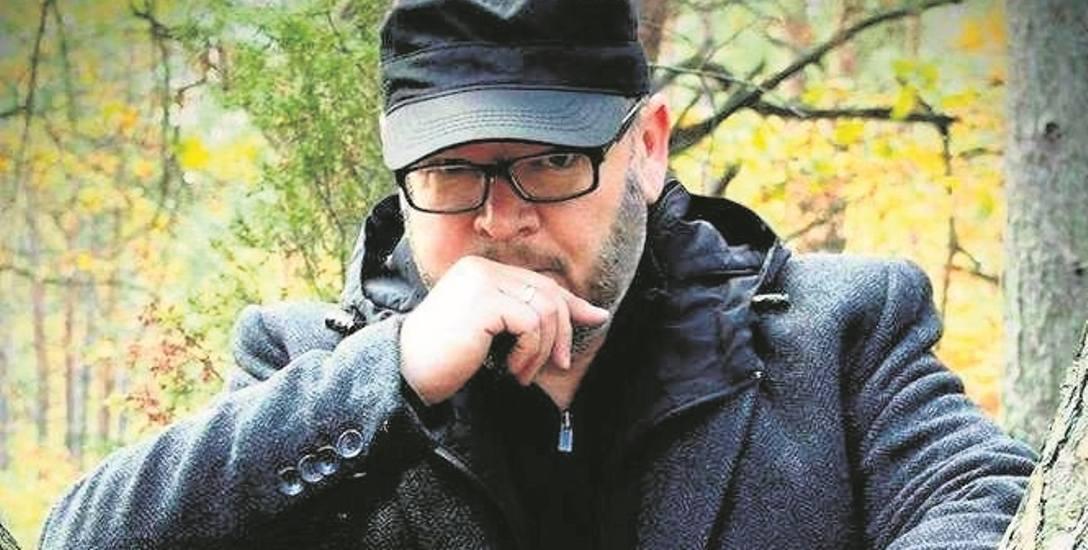 Jarosław Maślanek - prozaik, dziennikarz. Opublikował powieści: Haszyszopenki (2008r.), Apokalypsis '89 (2010r.), Ferma ciał (2015r.) oraz Góra miłości