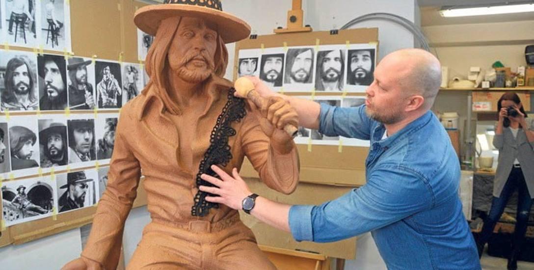 Tak będzie wyglądał pomnik Niemena w Białogardzie. Model z gliny przygotował artysta Artur Wochniak z Zielonej Góry