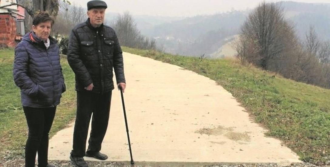Maria i Bartłomiej Jarosz z Kamionki Wielkiej chcieliby przed zimą, aby gmina dokończyła brakujący kawałek drogi