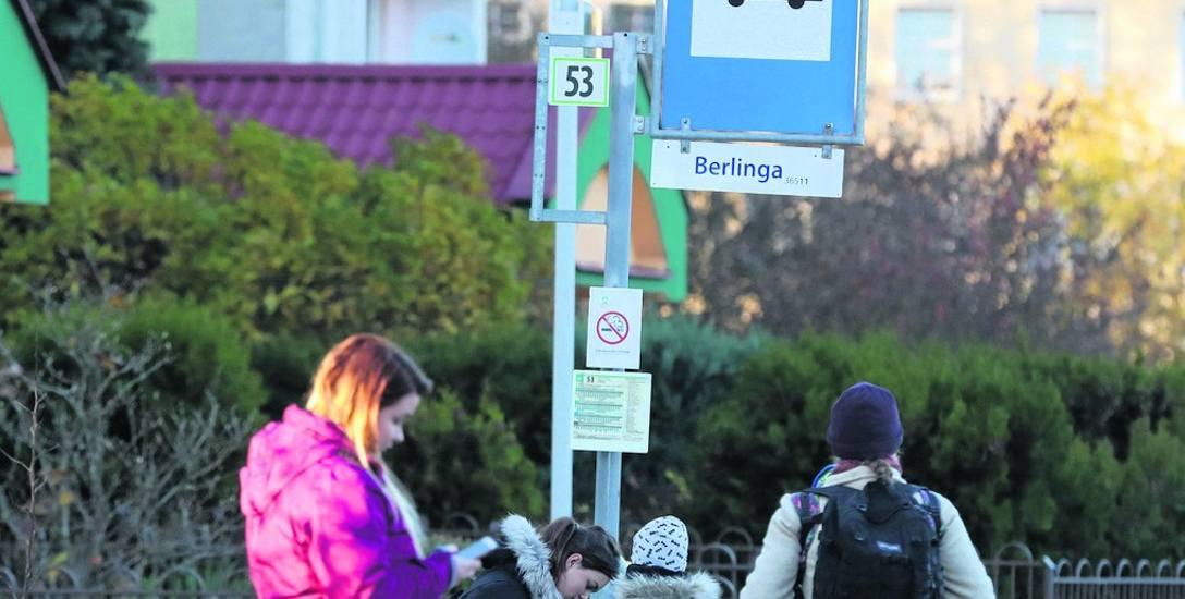 Zmiany w nazewnictwie ulic wymogła tzw. ustawa dekomunizacyjna. Rada Miasta Szczecin podjęła uchwałę w czerwcu tego roku. Miejsce generała Berlinga zajęła