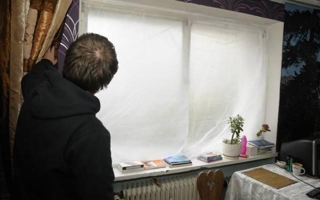 Syn (na zdjęciu) z matką mieszkali bez okien i drzwi.