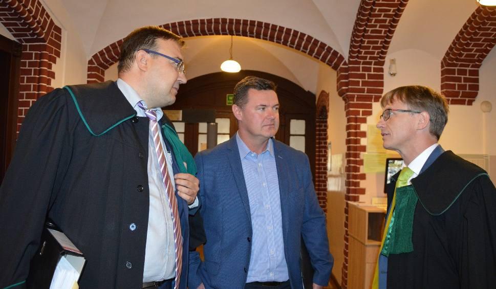 Film do artykułu: Proces byłego burmistrza Paczkowa został odłożony