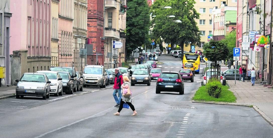 Czy starsze osoby przechodzące przez jezdnię w miejscach niedozwolonych mogą uniknąć mandatu? - pyta czytelnik. Otóż okazuje się, że policja robi wy