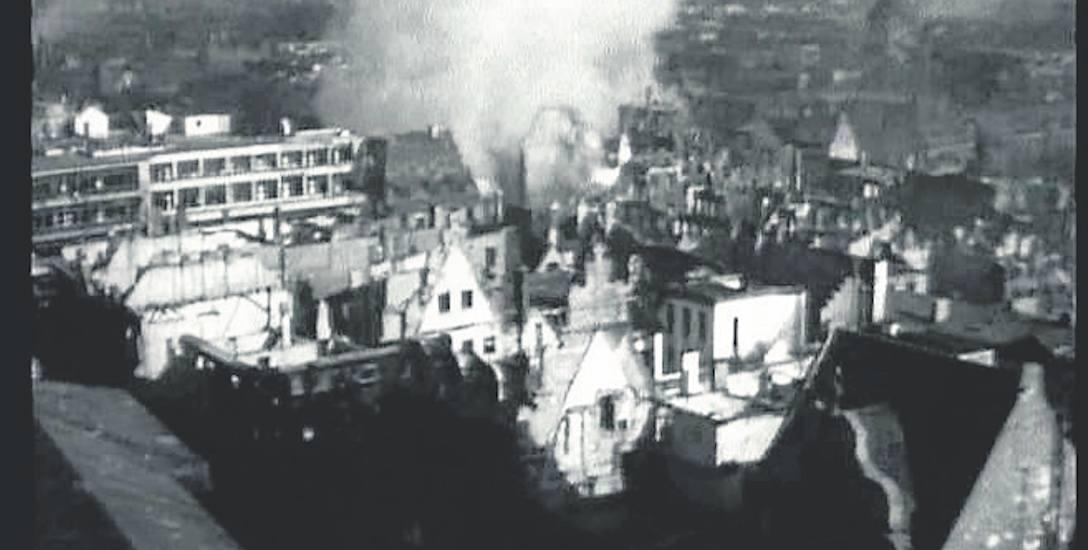 Płonące domy na skrzyżowaniu ulic Szewskiej i Ofiar Oświęcimskich - 1945 rok, walki o Festung Breslau