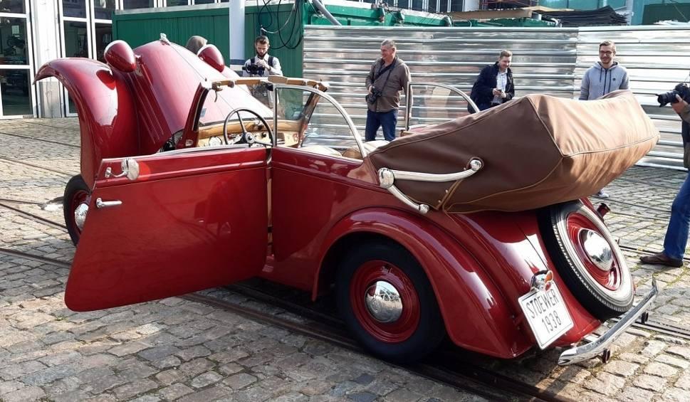Film do artykułu: Ma już ponad 80 lat i ciągle jeździ! Ostatnie auto z kolekcji Stoewera przyjechało do Szczecina