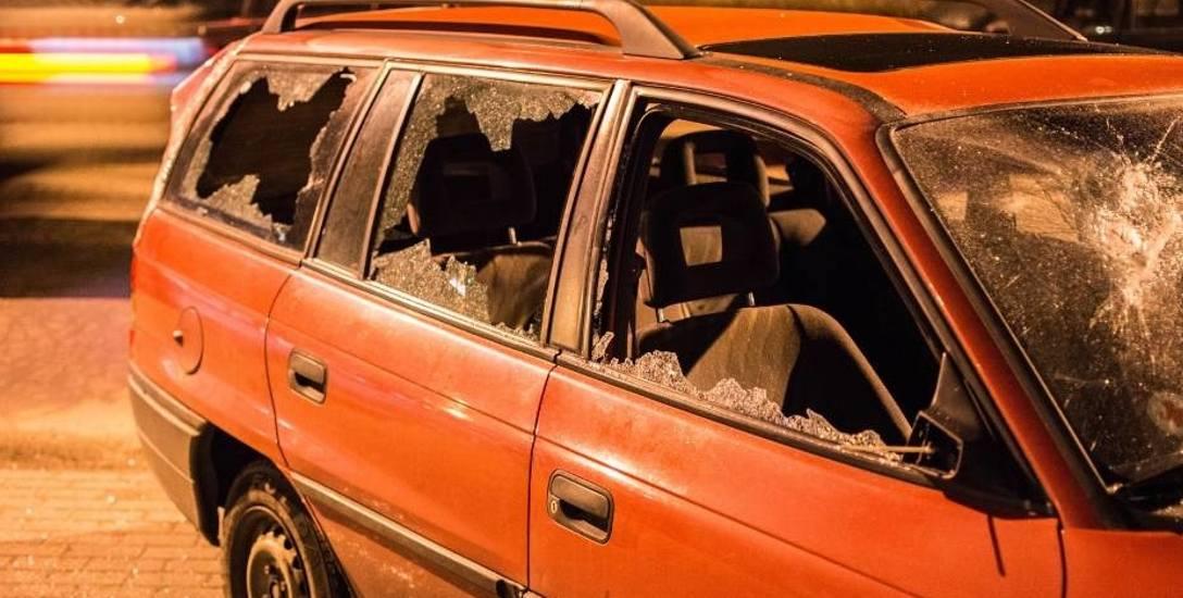 Ten opel został bardzo poważnie uszkodzony. Policjanci nie będą szukać sprawców, dopóki właściciel oficjalnie ich o to nie poprosi.