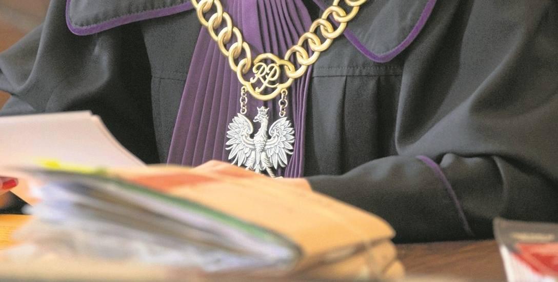 Nie orzekał w stanie wojennym. Przed 1989 rokiem w sądzie stawiał pierwsze kroki. Statystyczny sędzia z Włocławka nie skończył 55 lat, a w Toruniu 19