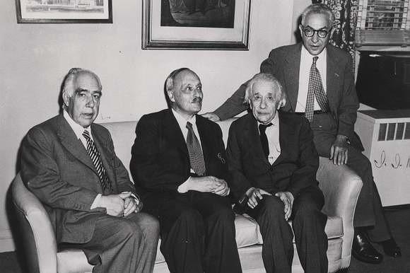 Czterech wielkich uczonych – laureatów Nagrody Nobla z dziedziny fizyki. Od prawej: Izydor Izaak Rabi, Albert Einstein, James Franck, Niels Bohr.