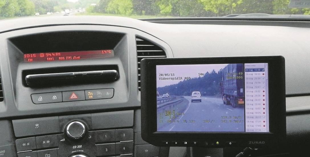 Wideorejestrator podaje prędkość radiowozu. Pomiar kontrolowanego pojazdu jest rzetelny tylko wtedy, jeśli radiowóz zrówna prędkość z kontrolowanym.