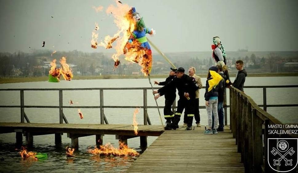 Film do artykułu: Marzanna w ogniu... czyli Skalbmierz powitał wiosnę z fajerwerkami [ZDJĘCIA]