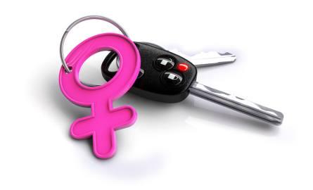 Kobiety i mężczyźni za kierownicą. Kto lepiej sobie radzi?