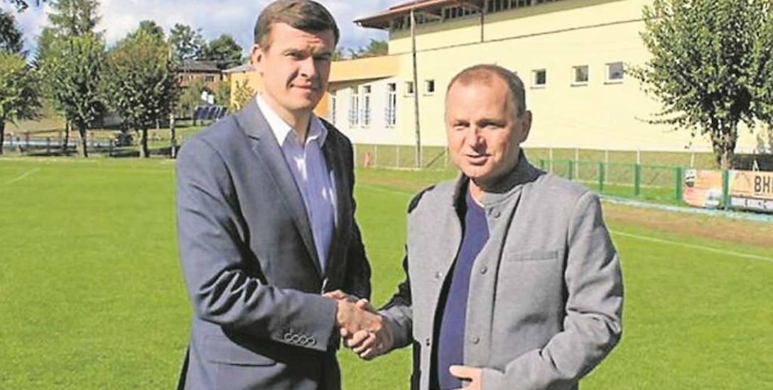 Lesław Wieczorek (z prawej) w kampanii szukał wsparcia, m.in. u ministra sportu Witolda Bańki. Sam jest zapalonym piłkarzem