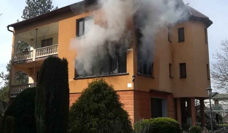 Film do artykułu: Pożar domu w Przeciszowie. Właściciel ratował się wyskakując przez okno