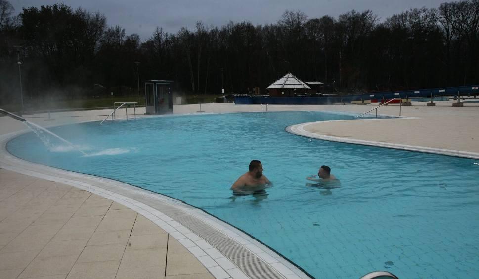 Film do artykułu: Całoroczny basen zewnętrzny w Aquaparku Fala. Mimo mrozu można w nim pływać