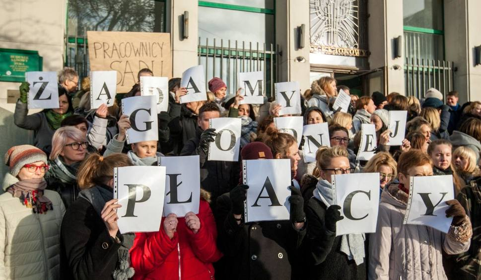 Film do artykułu: Masowe protesty urzędników przed pomorskimi sądami. Domagają się podwyżek i poprawy warunków pracy