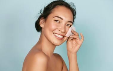 Tłusta cera może być kłopotliwa w pielegnacji. Jednak właściwie dobrane kosmetyki oczyszczające sprawią, że skóra twarzy będzie idealnie gładka i dobrze