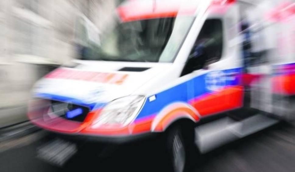 Film do artykułu: Gniezno: Wypadek na ul. Kościuszki. 24-letnią kobietę, która wtargnęła na jezdnię, potrącił samochód