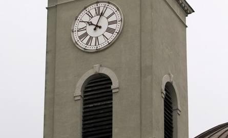 Zegar na wieży bazyliki, jednej z największych świątyń w Polsce