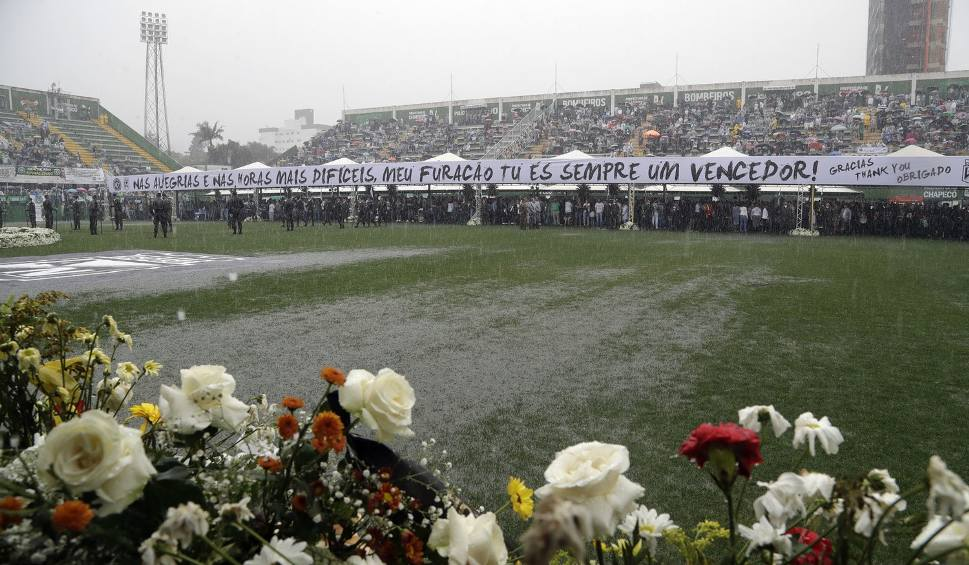 Film do artykułu: Ostatnia droga drużyny Chapecoense. Trumny z ciałami piłkarzy wystawione na stadionie