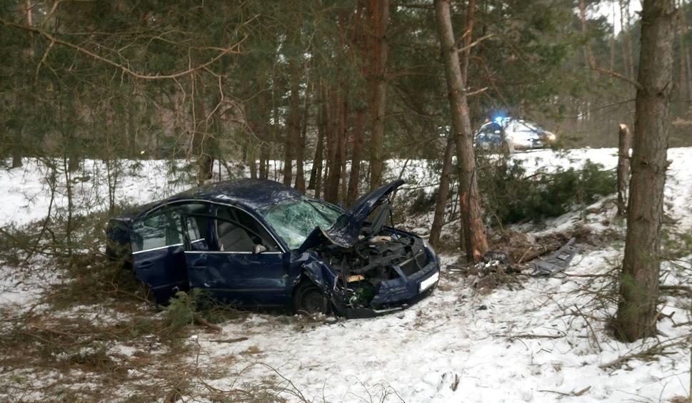 Film do artykułu: Gościęcin. Czterej nastolatkowie rozbili auto na drzewie. Trafili do szpitala