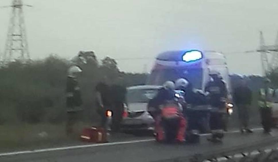 Film do artykułu: Wypadek na obwodnicy Kobylanki. Mercedes wjechał w liny i bariery energochłonne. Kierowca w szpitalu