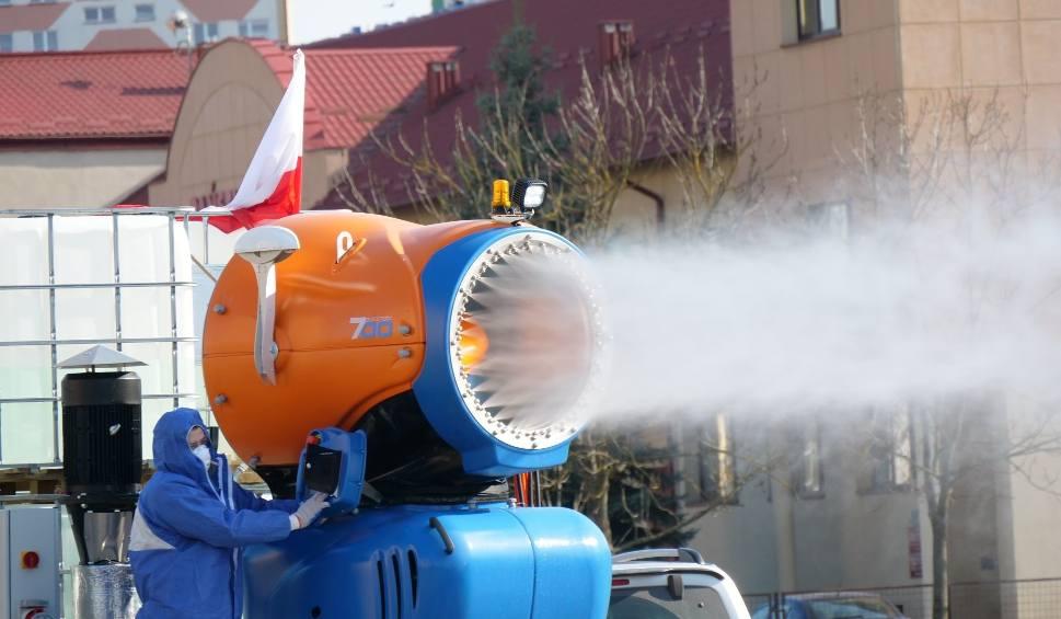 Film do artykułu: Duża akcja dezynfekcji miejsc publicznych w Stalowej Woli. Przy użyciu armatek do produkcji śniegu [ZDJĘCIA]