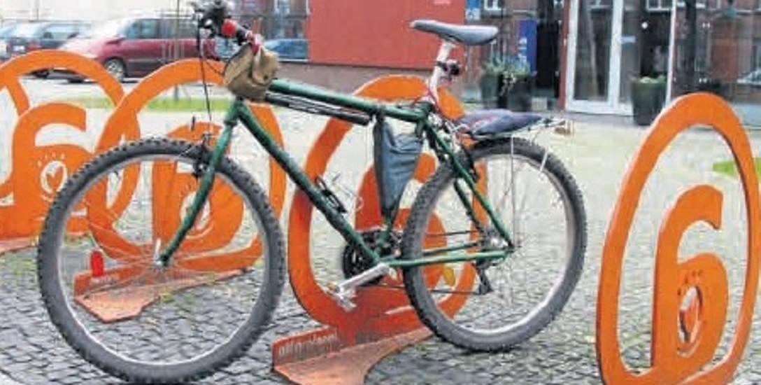 Efektowne stojaki na rowery na kulturalnym podwórku wzdłużalei Wojska Polskiego.