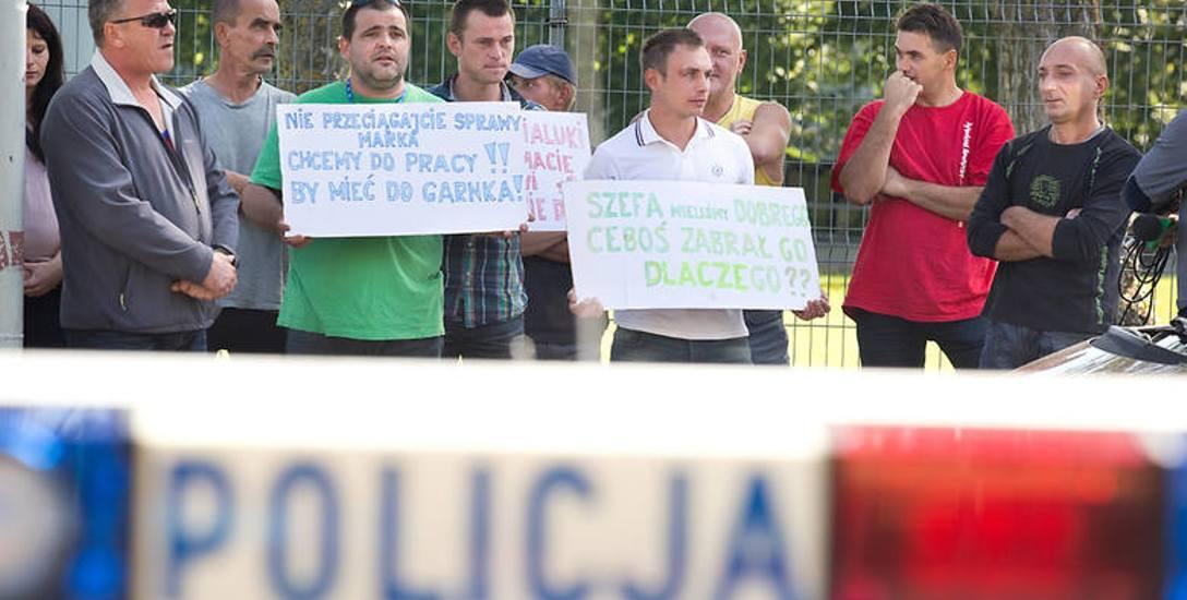 Pikieta pracowników Marka M., którzy nie mogli wyjechać do pracy, przed słupską prokuraturą w sierpniu 2014 roku.