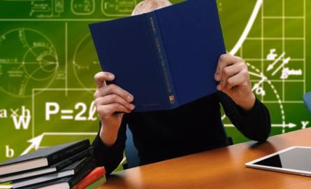 Trwają prace nad nową Kartą Nauczyciela, która ma wejść w życie we wrześniu 2019 r. Jedną z planowanych zmian są podwyżki wynagrodzeń. Sprawdź, ile będą