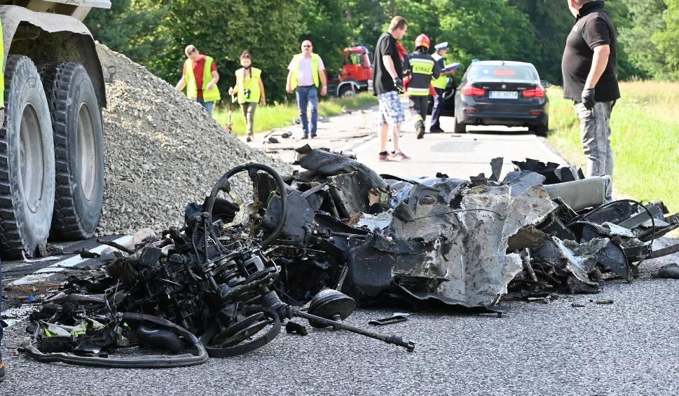 Film do artykułu: Śmierć na drodze w Laskowie. Ciężarówka zmiażdżyła maleńkie autko [DRASTYCZNE ZDJĘCIA]