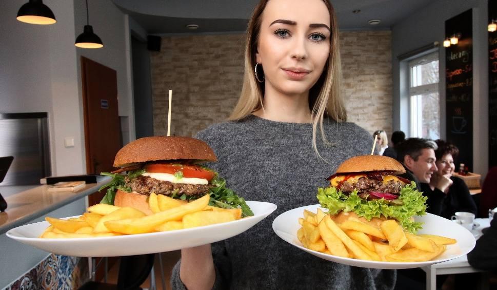 """Film do artykułu: Pyszne burgery i wyjątkowa atmosfera - """"Krówka i Połówka"""" już w Kielcach [ZDJĘCIA, wideo]"""