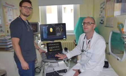 Dr Sebastian Stenkala (z prawej) razem z rezydentem - stażystą lekarzem Piotrem Sysło przy nowym aparacie.