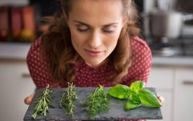 Sałatka z dodatkiem listków bazylii, kurki posypane zielonym tymiankiem, spaghetti udekorowane świeżym oregano oraz herbata z miodem zaparzona z aromatycznych