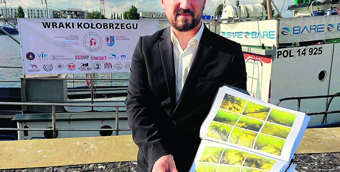 Aleksander Ostasz, dyrektor Muzem Oręża Polskiego, prezentuje  efekty skanowania bałtyckiego dna. Fotografia po  prawej:  zdjęcie sonarowe jednego z