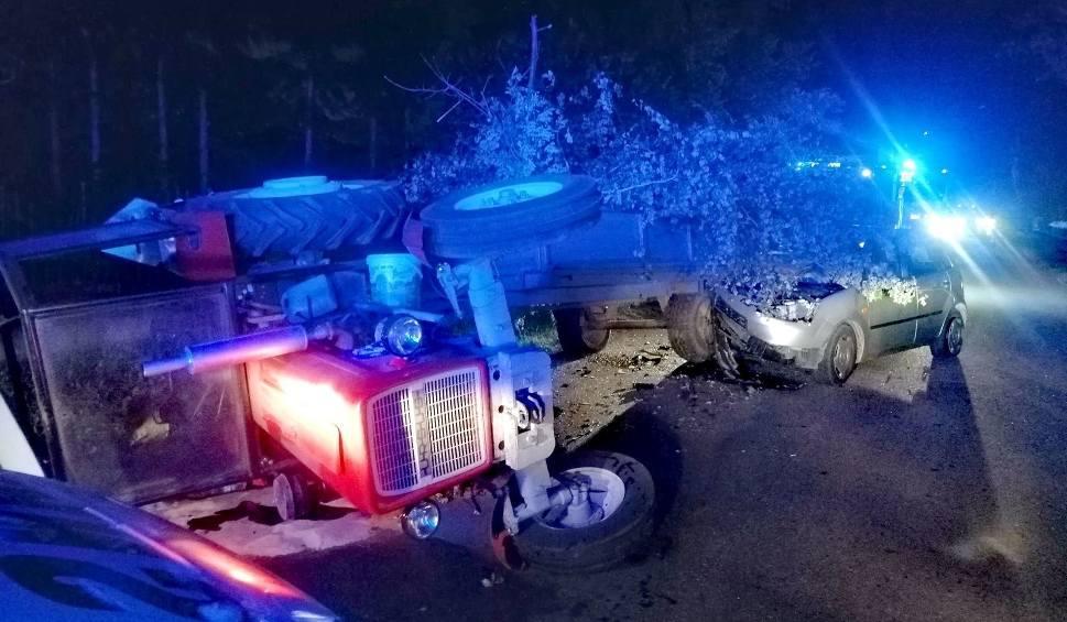 Film do artykułu: Wypadek w gminie Somianka. Wjechał w nieoświetloną przyczepę załadowaną gałęziami. Dwie osoby w szpitalu. 12.08.2020. Zdjęcia, wideo
