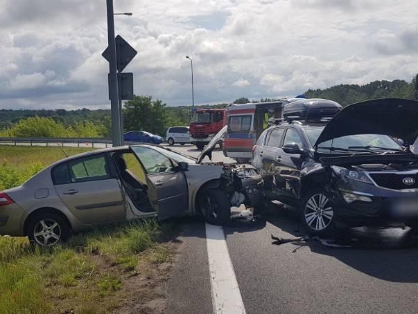 W niedzielę około godz 10:40 na zjeździe z obwodnicy Karlina (droga krajowa nr 6) doszło do zderzenia dwóch pojazdów osobowych marki Renault i Kia. Jak