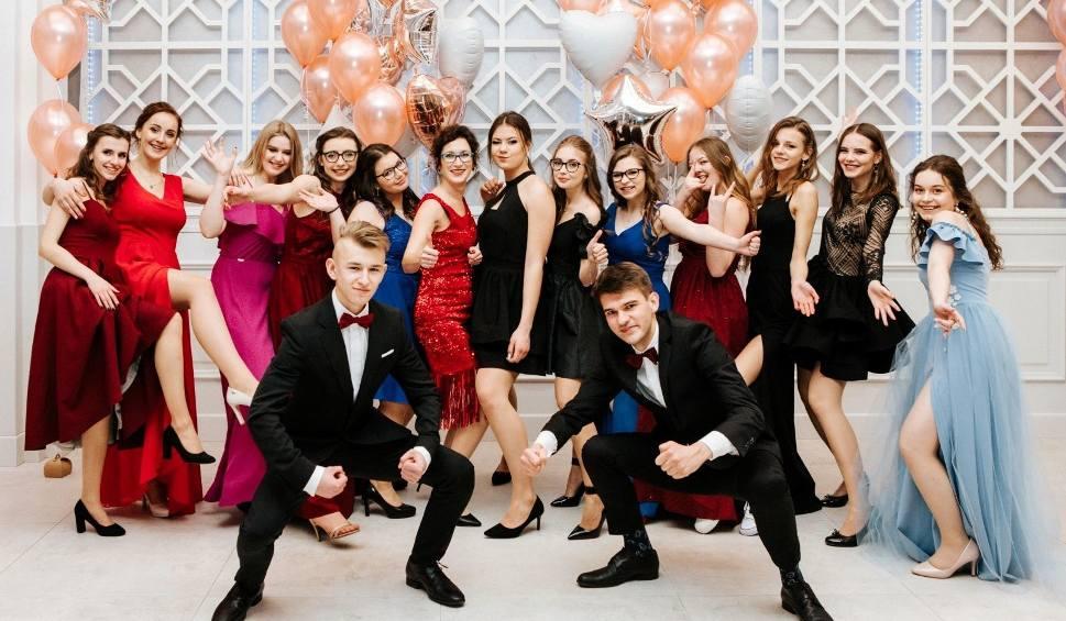 """Film do artykułu: STUDNIÓWKI 2019. Zobaczcie jak pięknie wyglądali uczniowie wschowskiego """"Zana"""" na swojej studniówce"""