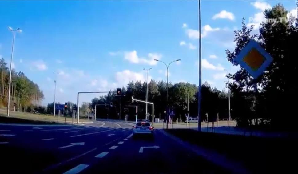 Film do artykułu: Policjantka wyprzedza radiowozem na przejściu dla pieszych i przejeżdża na późnym żółtym (czerwonym?) świetle (wideo)
