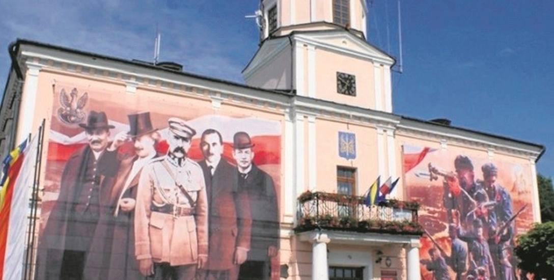 Malowidła są szerokie na siedem i wysokie na osiem metrów. Umieszczono je na ścianie frontowej, obok wejścia do ratusza